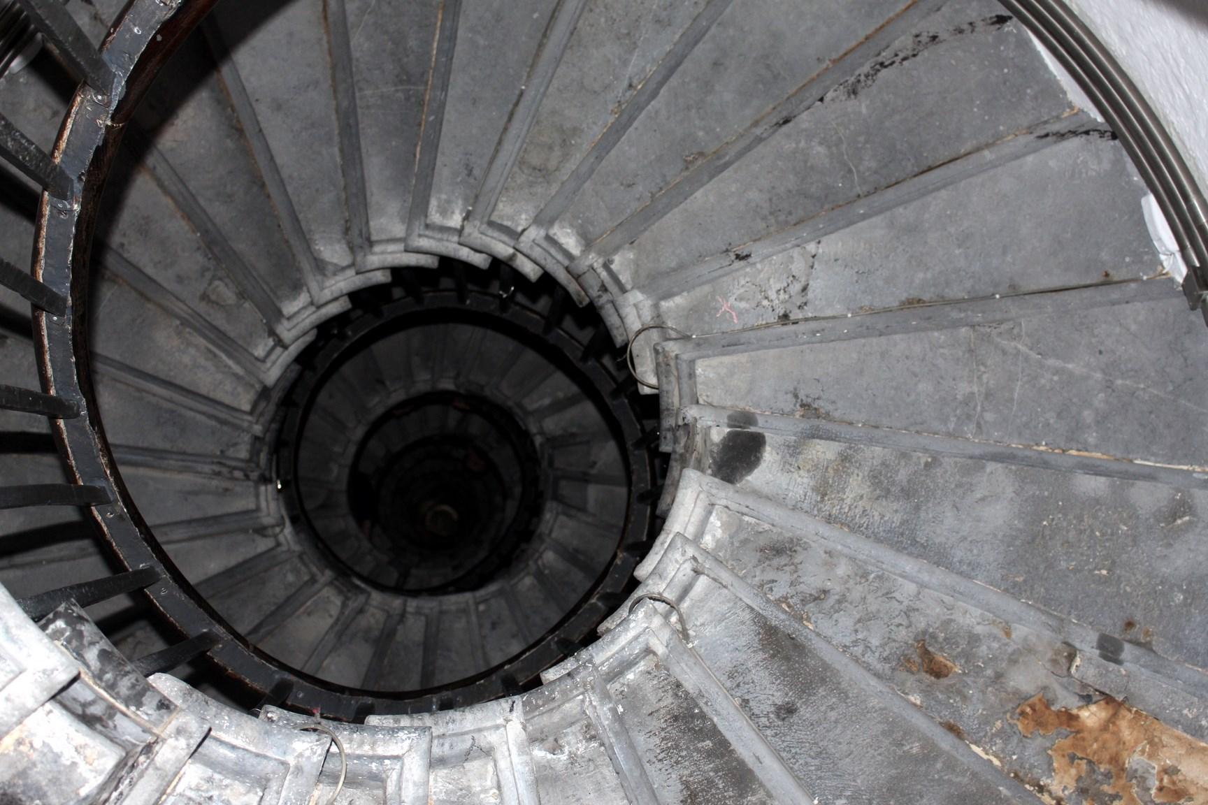 Monument stairwell travellivelearn