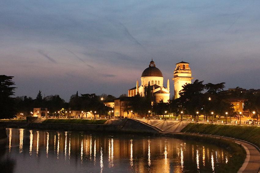 Romeo and Juliet setting - stroll through Verona at night